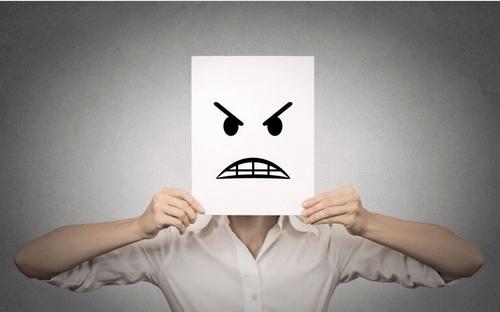 Persona con el rostro enfadado