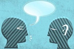 Persona discutiendo y responsabilizando a su enemigo de su malestar