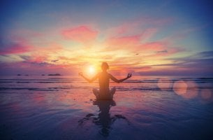 Persona meditendo para cubri sus necesidades