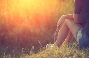 Piernas de mujer sentada en el campo