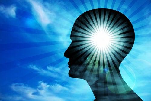 Silueta de un hombre con la cabeza iluminada