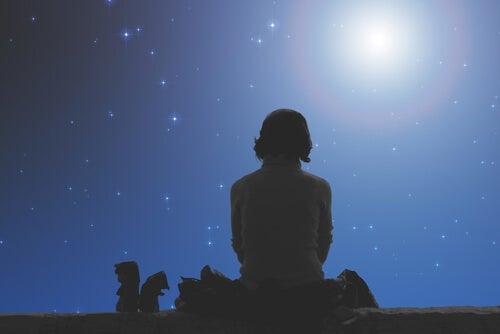 Silueta de hombre mirando a la luna