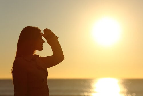 Silueta de mujer mirando el horizonte