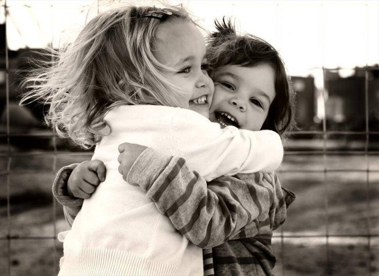 Amigos que abrazan fuerte y el mundo respira conmigo