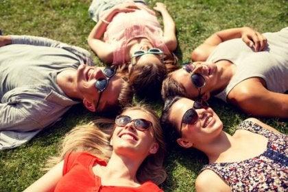 Amigos tumbados demostrando que tienen habilidades sociales