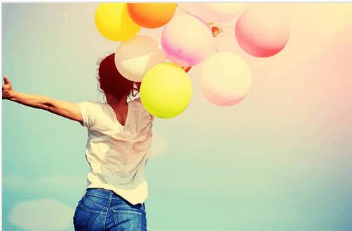 Chica con globos feliz