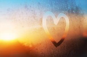 Corazón dibujado en un cristal