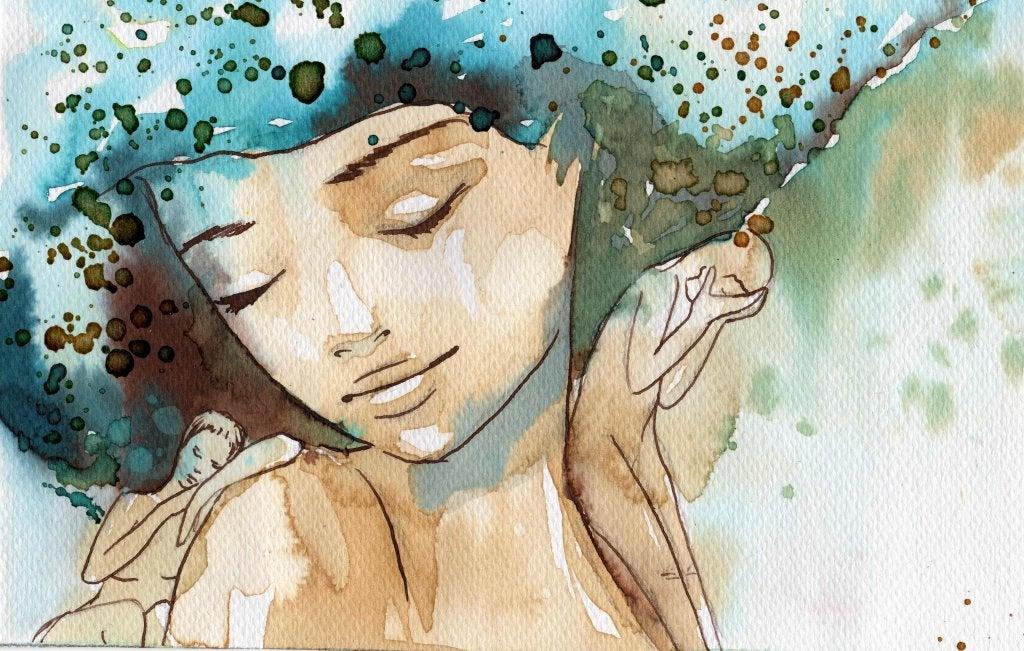 Mujer feliz con los ojos cerrados y el pelo de color azul