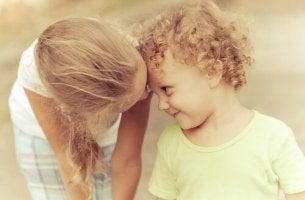 Niña besando a su hermano pequeño
