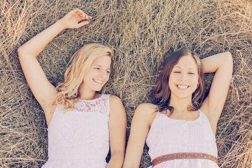 Hermanas adolencentes felices