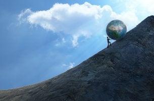 Hombre empujando la bola del mundo