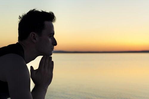 Hombre pensando mientras practica la técnica del anclaje