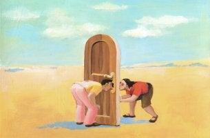 Hombre y mujer entre una puerta