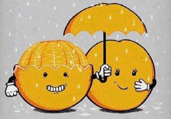 Naranja con un paraguas protegiendo de la lluvia a otra naranja