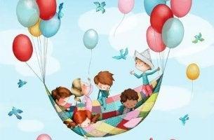 Niños jugando en globo