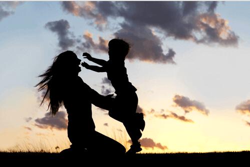 Madre dando abrazos a su hijo