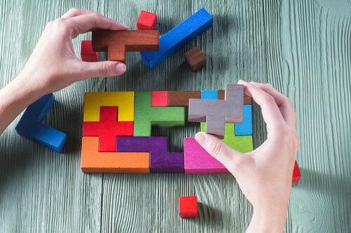 Manos con piezas de rompecabezas