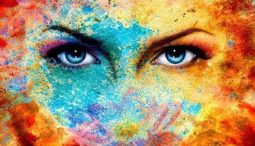 Mirada profunda de ojos azules