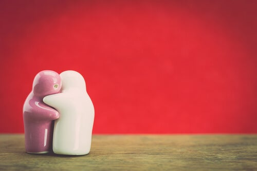 Muñecos de cerámica abrazados