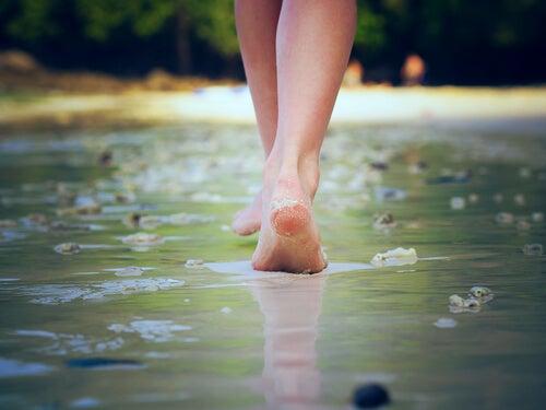 Mujer caminando sobre playa