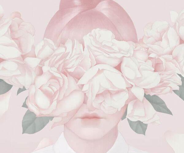 Mujer con flores rosas envolviéndole el rostro