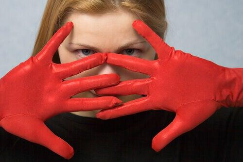 Mujer fatal con guantes rojos
