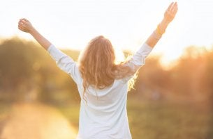 Mujer con los brazos levantandos