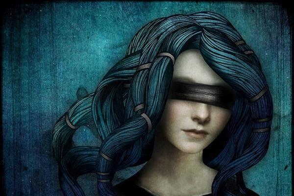 Mujer con los ojos tapados
