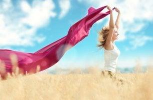 Minimalismo: mujer corriendo con una prenda en las manos