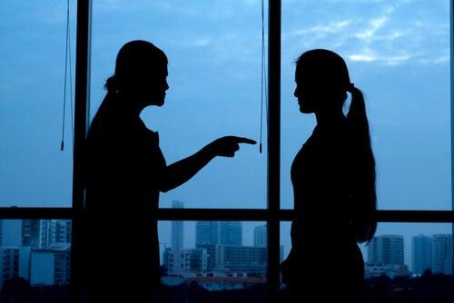 Mujer culpando a otra mujer