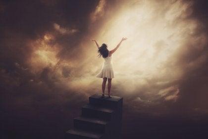Mujer fuerte en las escaleras