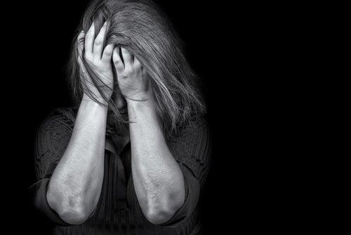 Mujer llorando mostrando resistencia a sanar