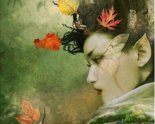 Mujer rodeada de hojas
