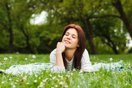 Mujer pensando en el campo