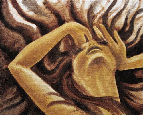 Mujer preocupada con la mano en la cabeza