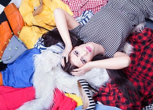 Mujer con montones de ropa
