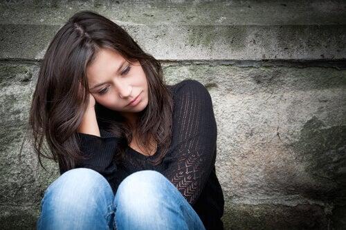 Mujer triste sufriendo