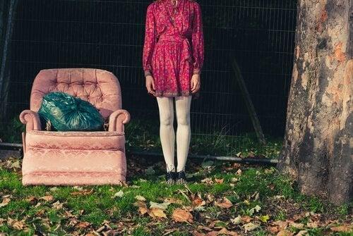 Mujer tirandoc osas siguiendo teorías del minimalismo