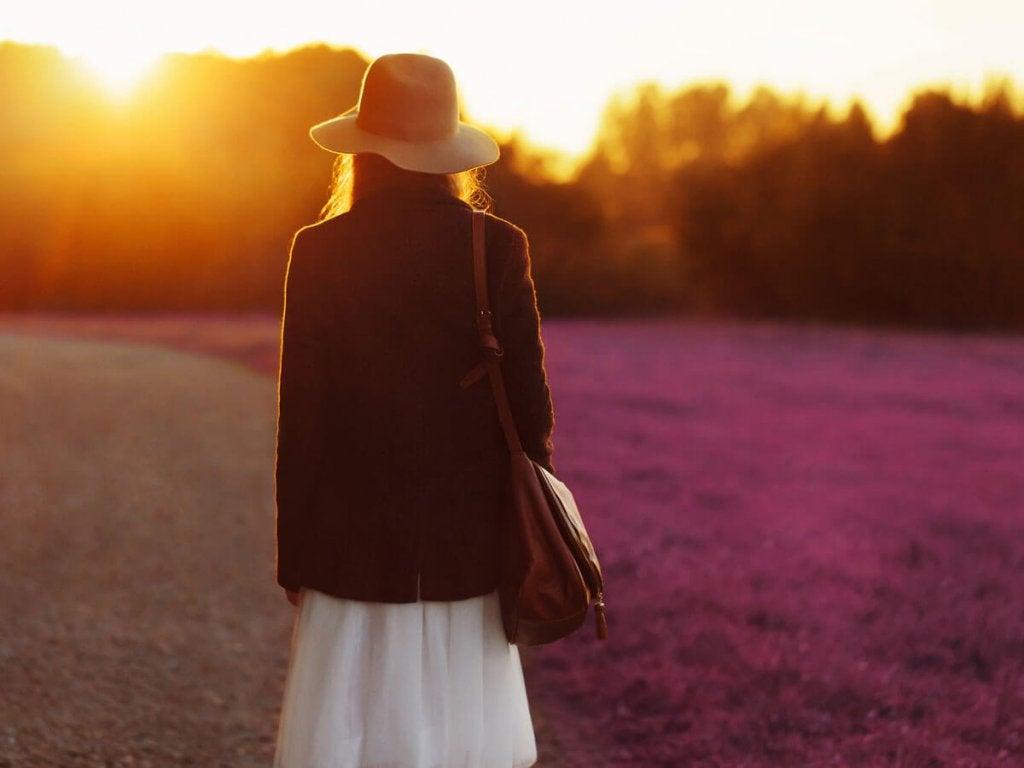 Mujer sola en el campo