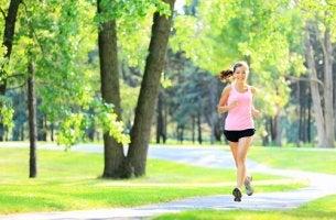 Chica haciendo ejercicio para mejorar el estado de ánimo