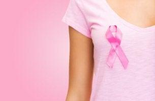 Mujer con camiseta y lazo rosa apoyando la lucha contra el cáncer de mama