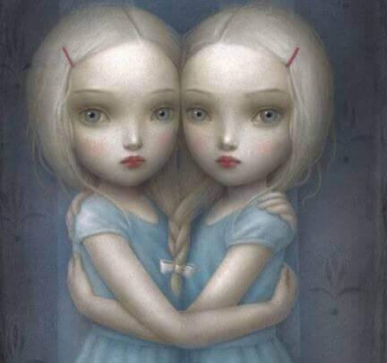 Dos hermanas abrazándose