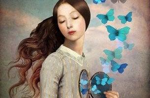 Mujer abriendo su corazón y liberando mariposas