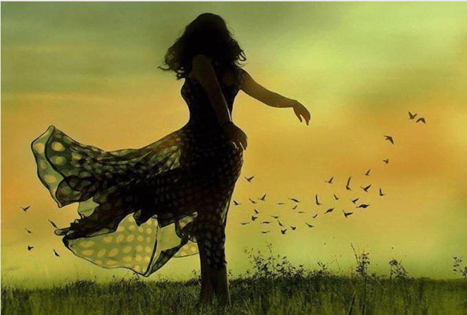 Mujer bailando en el campo