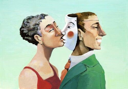 Mujer besando a un hombre con mácara