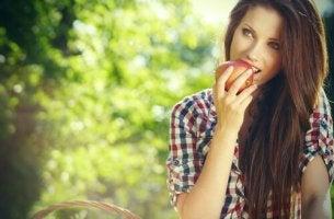 Mujer representando efecto fruta prohibida
