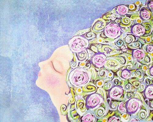 Mujer con pelo lleno de flores