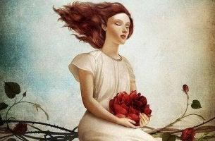 Mujer con flor entre sus manos