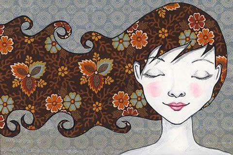 Mujer con los ojos cerrados y el pelo al aire