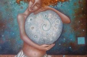 Mujer con luna entre sus brazos